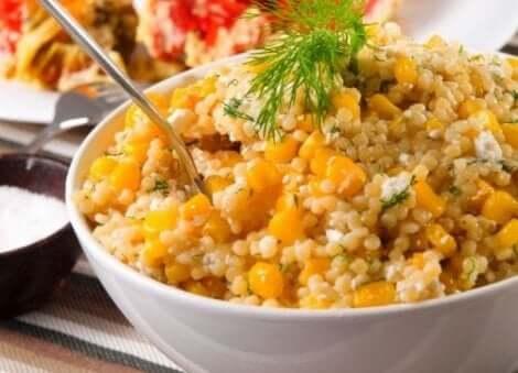 Salade met quinoa met mais en bieslook