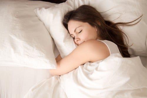 Vrouw ligt in bed te slapen