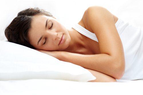 Vrouw ligt op haar zij te slapen