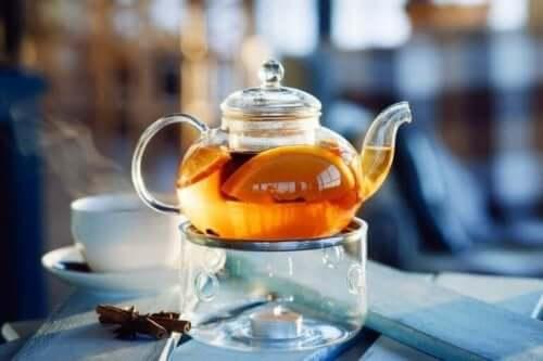 Thee met sinaasappelschil