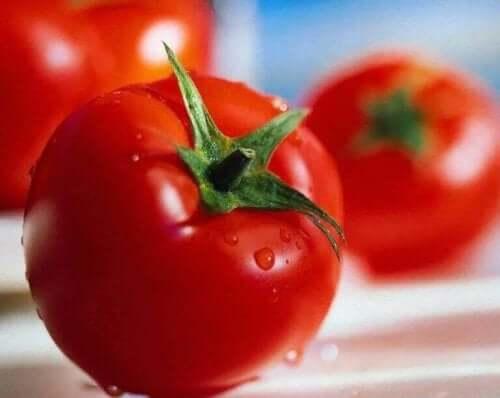 Tomaten om donkere vlekken lichter te maken