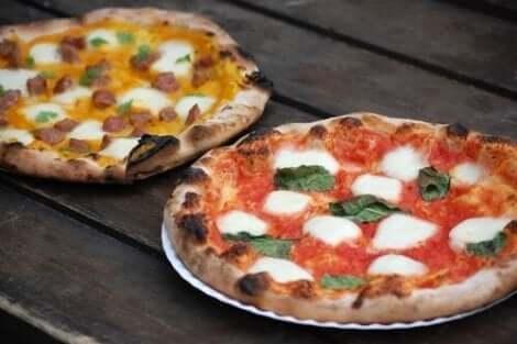 Twee pizza's in Napolitaanse stijl op borden