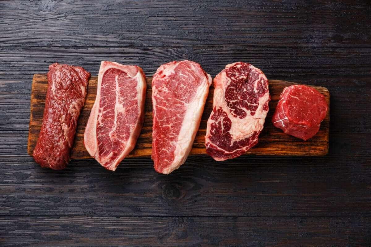 Rood vlees op een plank