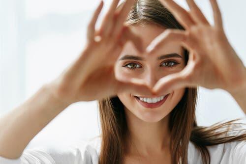 Handen die een hart maken
