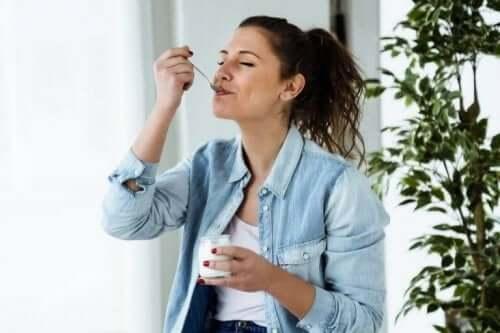 Vrouw met een bakje yoghurt