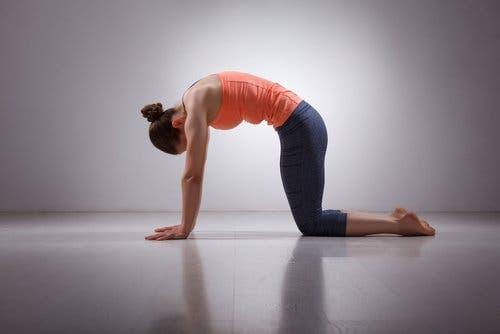 Vrouw doet een yoga stretch