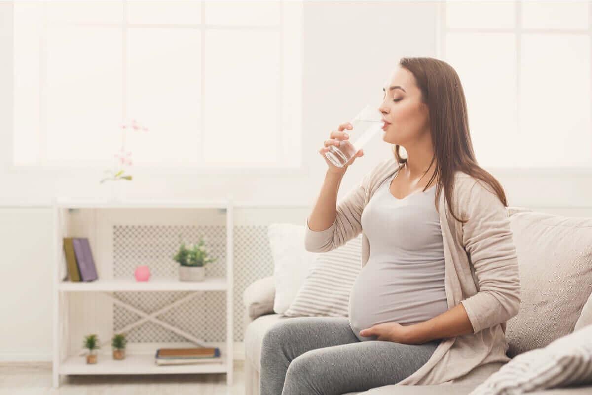 Zwangere vrouw drinkt water