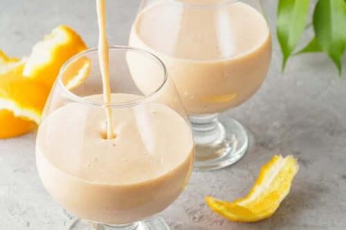 Citrussmoothie met kurkuma om je afweer te versterken