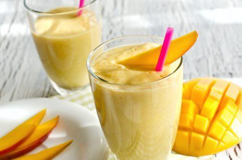 Citrussmoothie met kurkuma wortel, sinaasappel en mango