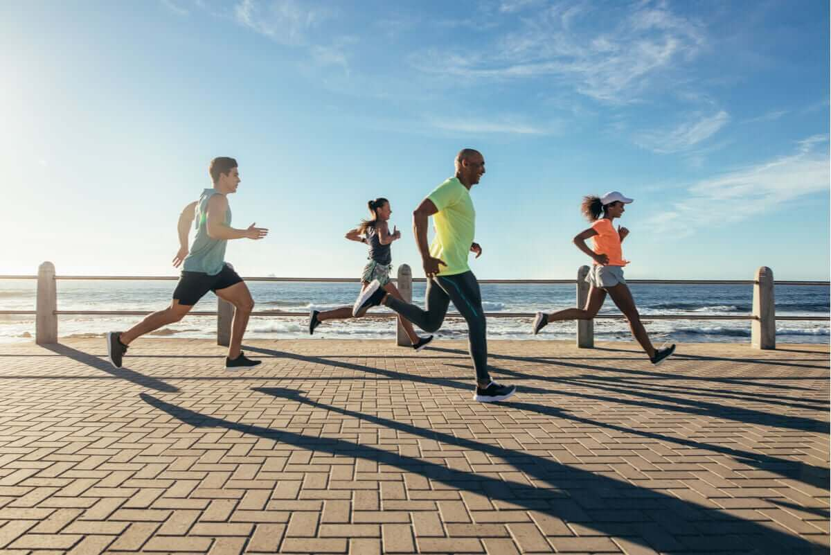 Mensen langs het strand aan het rennen
