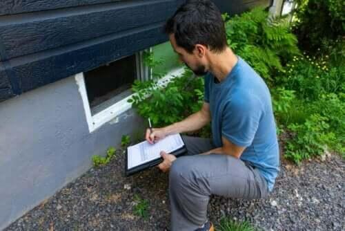 Inspectie van schimmel in en rond het huis