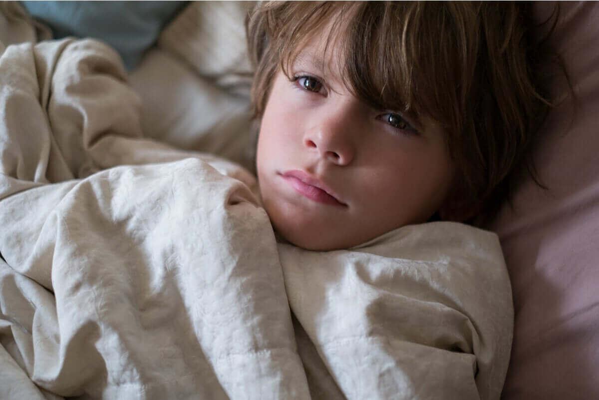 Jongen ligt wakker in bed