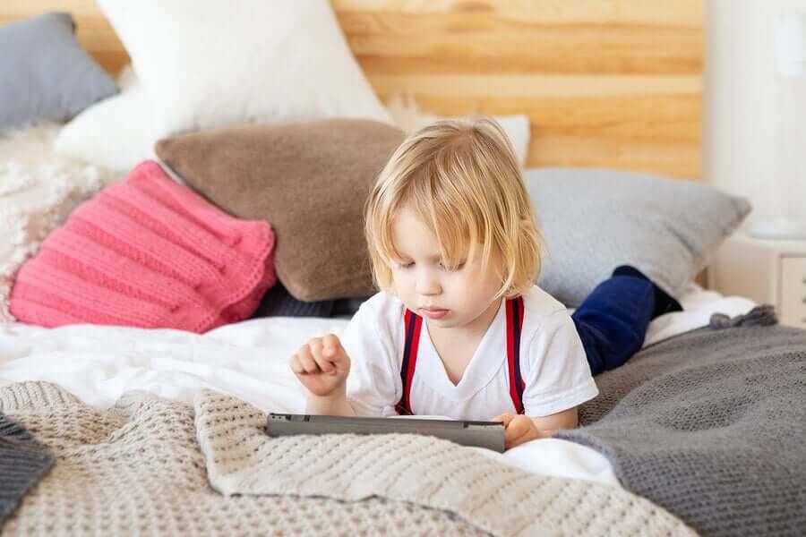 Kind speelt op een tablet