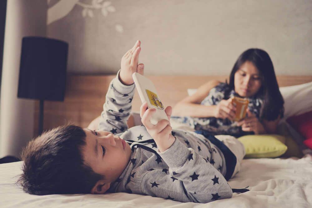 Kinderen verdiept in hun smartphone