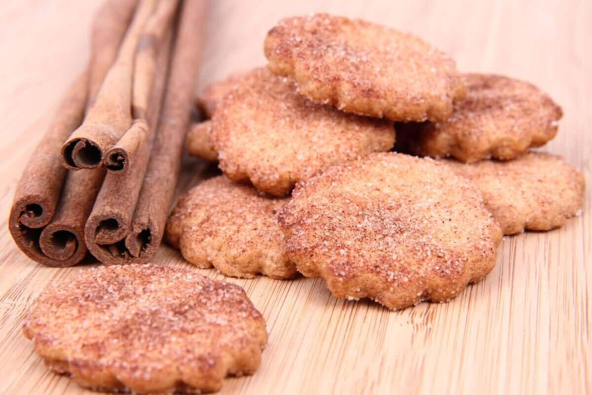 Kaneelstokjes en koekjes