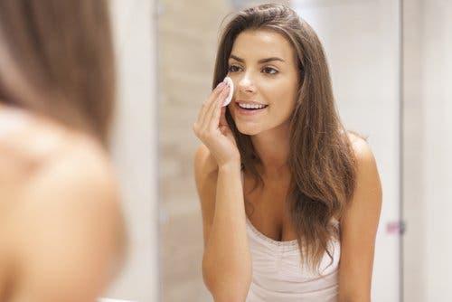 Vrouw verwijdert make-up