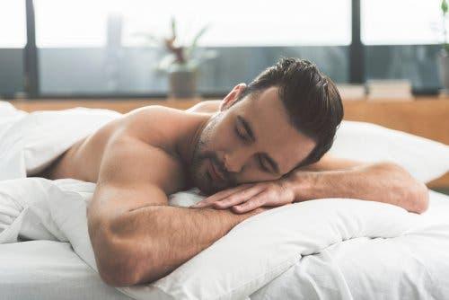Man ligt op zijn buik te slapen
