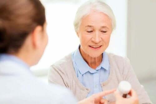 Oudere vrouw krijgt antibiotica