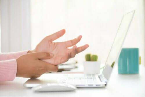 Hand kan niet op laptop typen