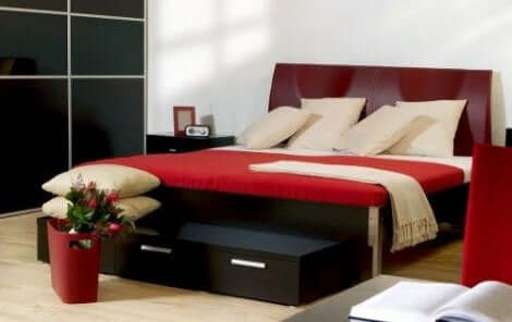 Rood is een van de trendy kleuren voor een slaapkamer