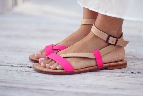 Voeten met sandalen