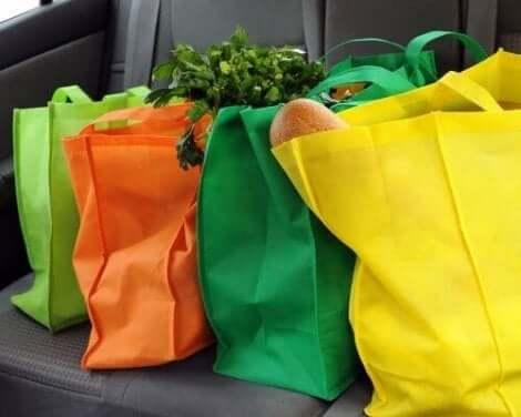 Veelkleurige stoffen tassen vol boodschappen