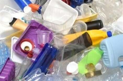 Verschillende soorten plastic die mensen gebruiken