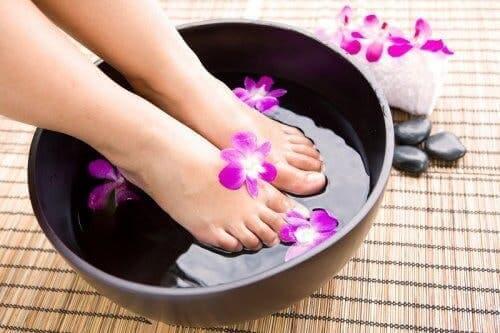 Vrouw maakt haar voeten schoon
