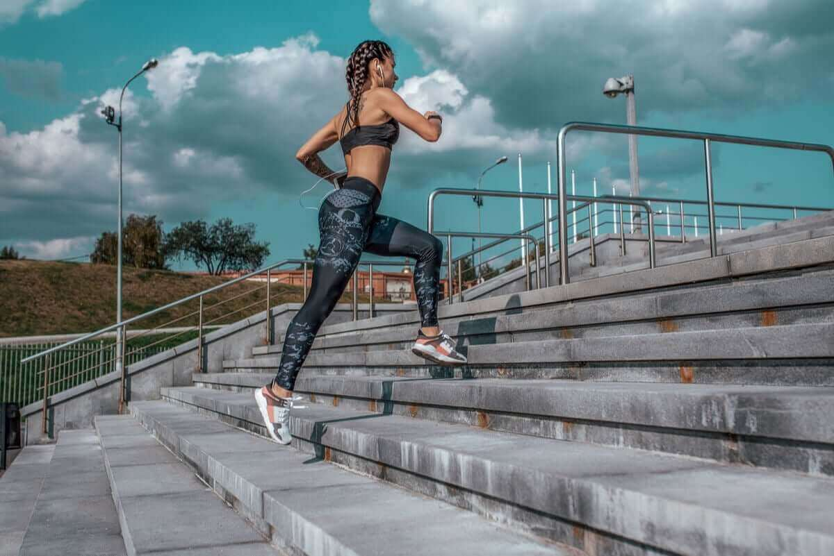 Vrouw rent een trap op
