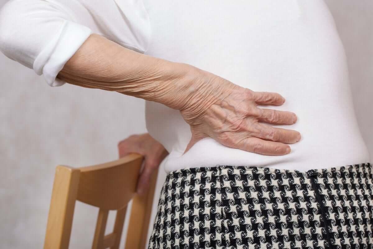 Oudere vrouw met rugpijn