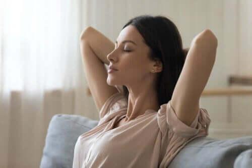 Vrouw zit op de bank te ontspannen