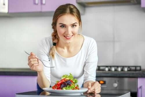 Vrouw eet een salade