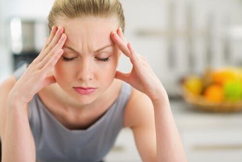 Vrouw heeft hoofdpijn door stress