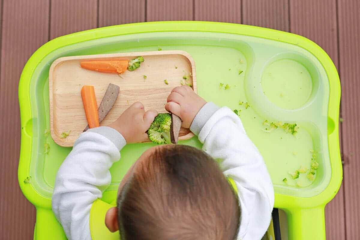 Het is ok als een baby met zijn eten wil spelen