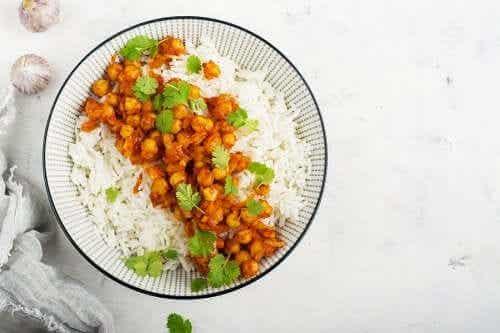 Hoe maak je curry met kikkererwten en basmatirijst?