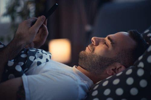 Kijk niet op je telefoon voor het slapen gaan