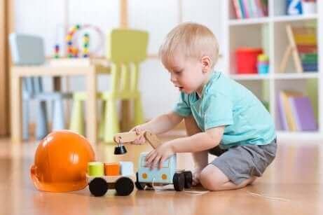 Een klein kind is lekker aan het spelen
