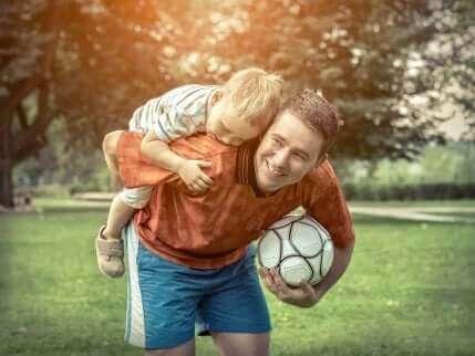 Kind speelt met vader