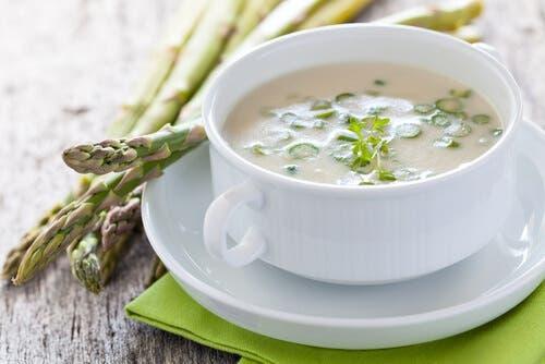 Kop soep gemaakt met groene asperges
