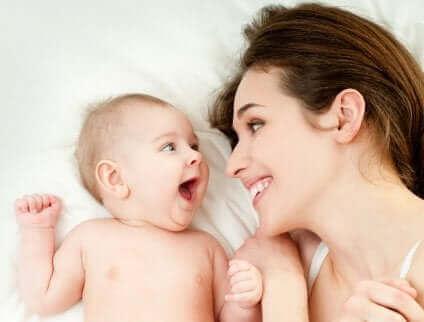 Moeder met band met haar baby