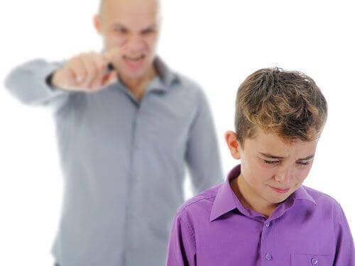Vader is boos op kind