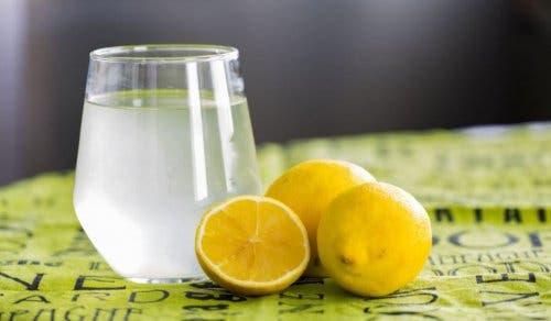 Indigestie verlichten met warm water met citroen