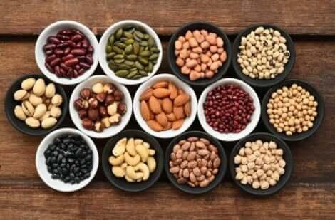 Diverse soorten noten in schaaltjes
