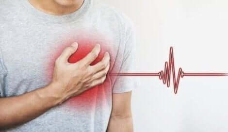Een man met pijn op de borst