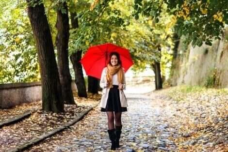 Een vrouw die in het park loopt