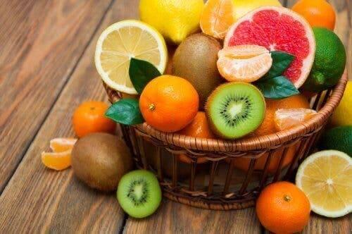Mand met allerlei fruit