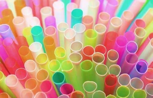 Kleurrijke plastic rietjes