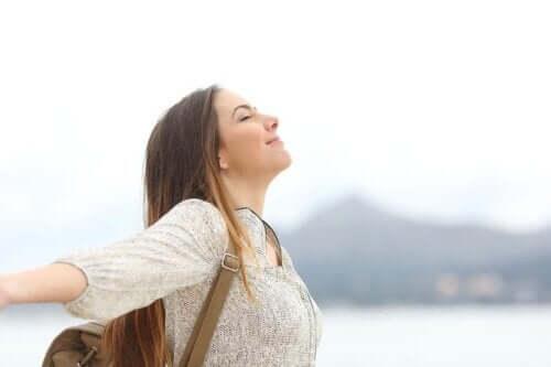 Vrouw geniet in de buitenlucht