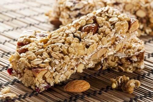Zelfgemaakte energierepen met noten