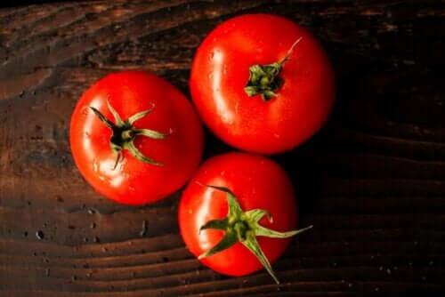 Tomaten op een houten plank
